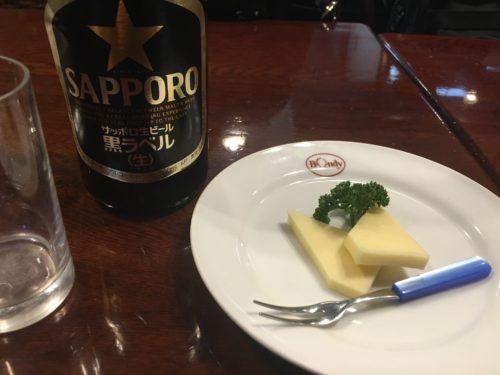 瓶ビールはサッポロ黒ラベル。チーズはサービスで付いてきます。